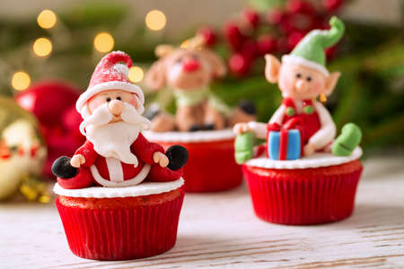 Festive decorated Christmas mini cupcakes Imagens