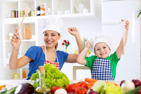 Glimlachend gelukkig mooie familie klaar voor de kok in de keuken Stockfoto