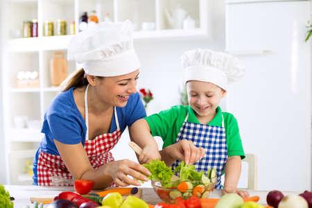 alimentos saludables: Familia sonriente preparar comida saludable para la comida