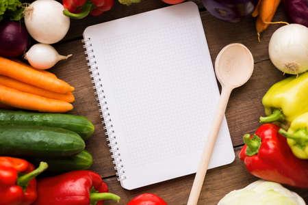 granja: cucharada de papel vac�a y verduras org�nicas frescas Foto de archivo