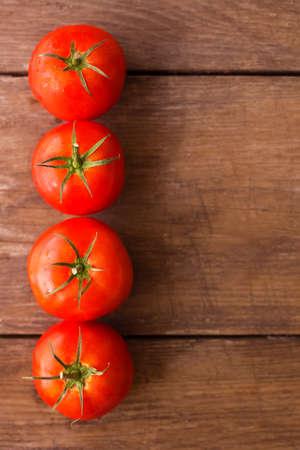 madera rústica: Tomates frescos en el fondo de madera rústica