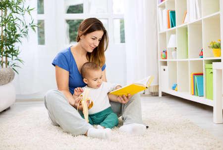母彼女の赤ちゃんに話をしておやつのバナナを与えて 写真素材 - 47383256