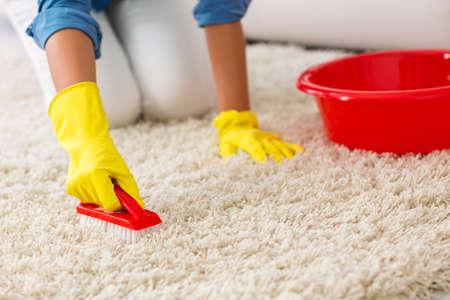 tappeto lavaggio donna con pennello a casa
