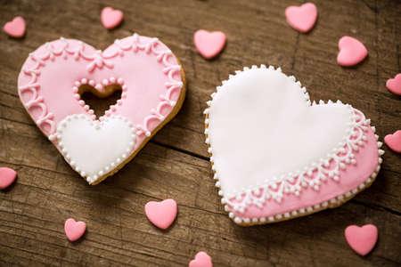 flores de cumpleaños: Dos galletas del corazón decored festivo del día de San Valentín