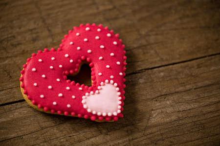 forme: Belle coeur rouge pour le jour de valentine sur le bureau en bois