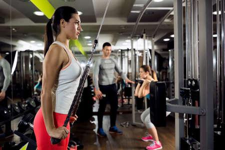 utbildning: Fitness kvinna träning styrketräning med vikt Stockfoto