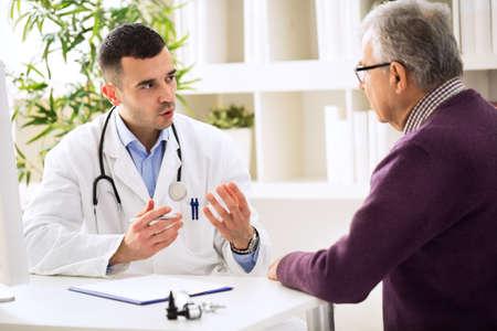 Arts die met oude patiënt spreekt