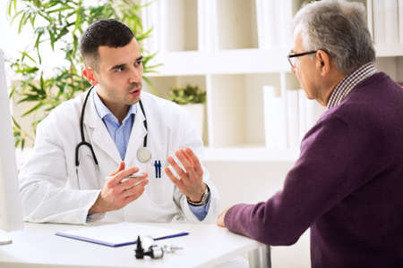 Doctor que habla con el paciente de edad
