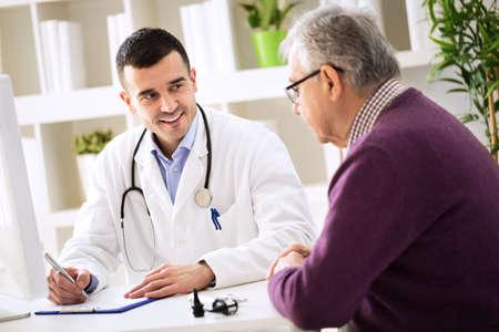 シニアの患者、医療の概念を説明する処方を医師します。