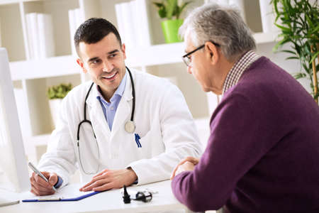 Doctor explaining prescription to senior patient, healthcare concept Stockfoto