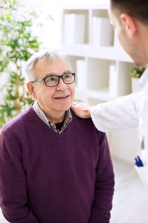 medico con paciente: Mayor mayor visita del paciente médico, concepto de la medicina