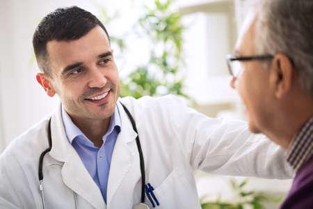 Especialista médico y un paciente de edad avanzada Foto de archivo - 52919027
