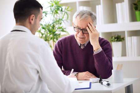 高齢者患者の頭の中の痛み、健康的な問題を調べる必要があります。