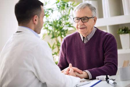医療の年寄りの手を握ってシニアを支援