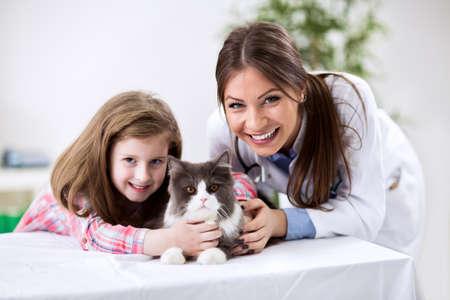 獣医師でペットの猫と子供します。