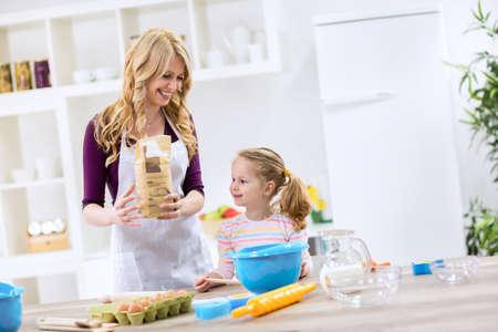 haciendo pan: La madre y el ni�o que hace el pan juntos