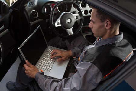 自動でプロの車メカニック作業修理サービス、診断時間 写真素材