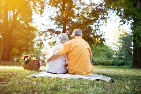 in loving memory: Happy and lovely senior couple enjoying a picnic in the park Stock Photo