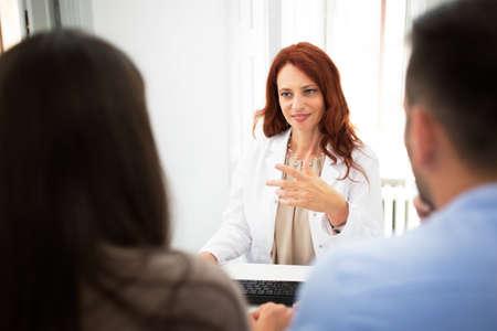 Docteur avec des patients parlant à la clinique, problème de stérilité