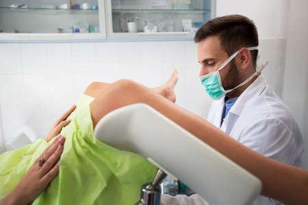 若いプロ婦人科試験彼の診療所での患者