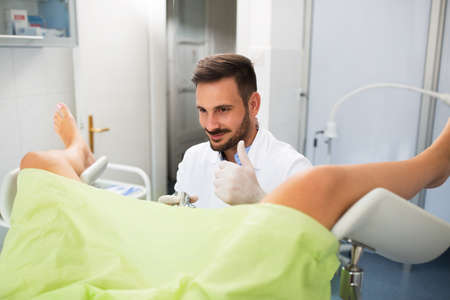 Succes gynaecoloog onderzoek, arts met de patiënt doet gynaecologie examen Stockfoto - 66261930