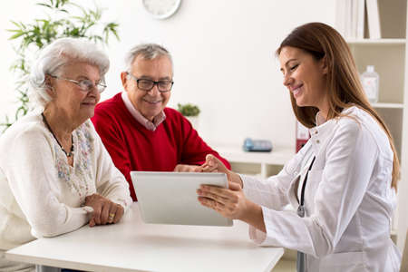 Senior couple on consultation with a doctor at clinic Imagens