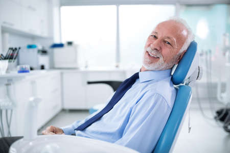 Uomo anziano nella poltrona del dentista senza paura in attesa del trattamento dei denti Archivio Fotografico - 97574782