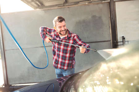 Cleaning the windshield for the effect of high gloss and shine, at the car wash Stockfoto