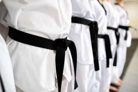 Cinturones negros en modo de primer plano que representan la devoción y la disciplina. Foto de archivo