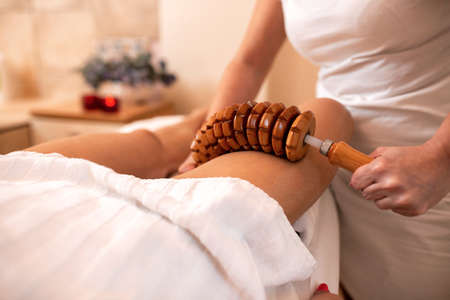 Flexible wooden roller in maderotherapy for cellulite reduction Imagens
