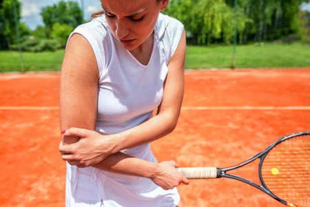 Lesión de codo en tenis, expresión facial desagradable, lesión de brazo Foto de archivo