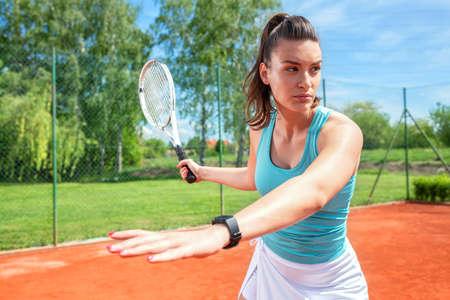 Postura corporal correcta de derecha en tenis, concepto de deportes al aire libre Foto de archivo