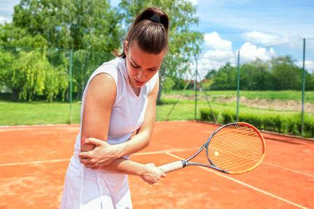 Armverletzung beim Tennistraining, Konzept von Tennisverletzungen