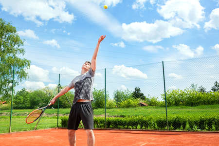 Tennis player preparing to make a tennis serve, outdoor tennis practice Foto de archivo - 135394706