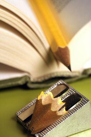 sacapuntas: l�piz en un libro con afilador