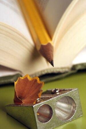 sacapuntas: un l�piz en un libro con afilador