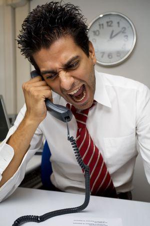 empresario enojado: enojado empresario gritando en el tel�fono