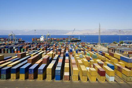 export and import: Vista panor�mica de containters en un puerto Foto de archivo