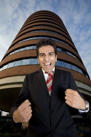 empresario enojado: �hombre de negocios enojado que grita como loco... �l realmente est� trastornado!