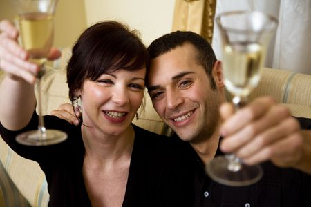 anniversario di matrimonio: giovane coppia celebrare alcuni occasione e divertirsi