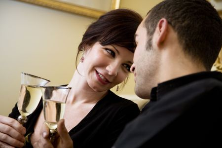 anniversario matrimonio: Giovane coppia di celebrare alcuni occasione e si diverte