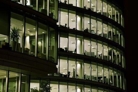Tir d'un immeuble de bureaux d'entreprise dans la nuit.
