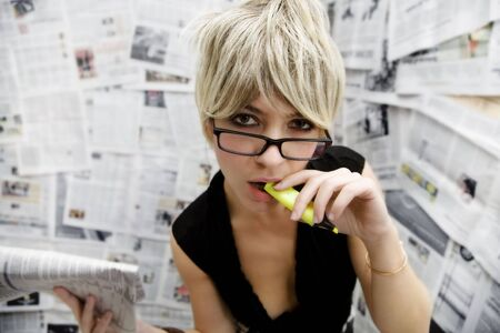 reportero: la mujer en el trabajo: el periodista de pie contra una pared llena de art�culos