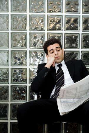 hard worker: duro lavoratore, uomo d'affari seduta in una sala d'attesa e di controllo delle scorte