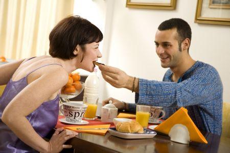 curare teneramente: vita sana: coppie giovani che mangiano prima colazione nel paese Archivio Fotografico