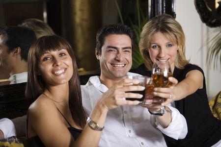 curare teneramente: una vita sana: amici in un ristorante divertirsi insieme  Archivio Fotografico