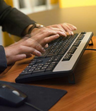 competitividad: gente en el trabajo: hombre de negocios motivado que mecanograf�a r�pidamente