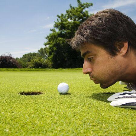 competitividad: Golf Club: golfista concentrarse en la 18 � agujero