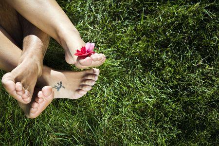 amabilidad: Estilo de vida saludable: joven pareja por el que se establecen en la hierba