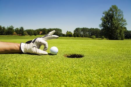 competitividad: Golf Club: golfista concentrando el 18 agujero  Foto de archivo